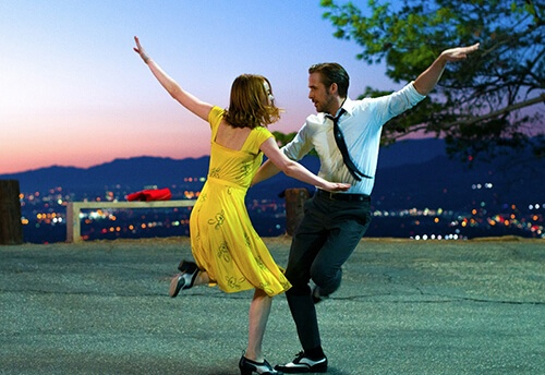 タップダンスの教室が忙しくなりそうです (C) 2016 Summit Entertainment, LLC. All Rights Reserved. Photo credit:  EW0001: Sebastian (Ryan Gosling) and Mia (Emma Stone) in LA LA LAND.Photo courtesy of Lionsgate.