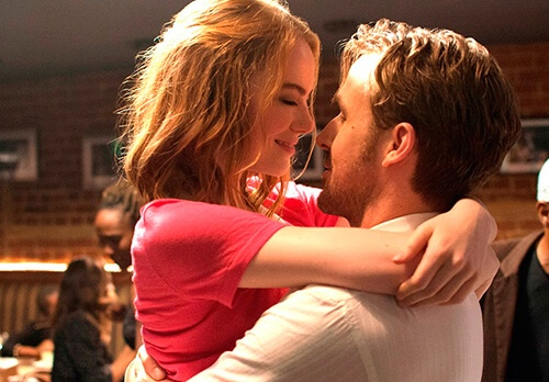 憧れのハグスタイルがこちらです (C) 2016 Summit Entertainment, LLC. All Rights Reserved. Photo credit:  EW0001: Sebastian (Ryan Gosling) and Mia (Emma Stone) in LA LA LAND.Photo courtesy of Lionsgate.